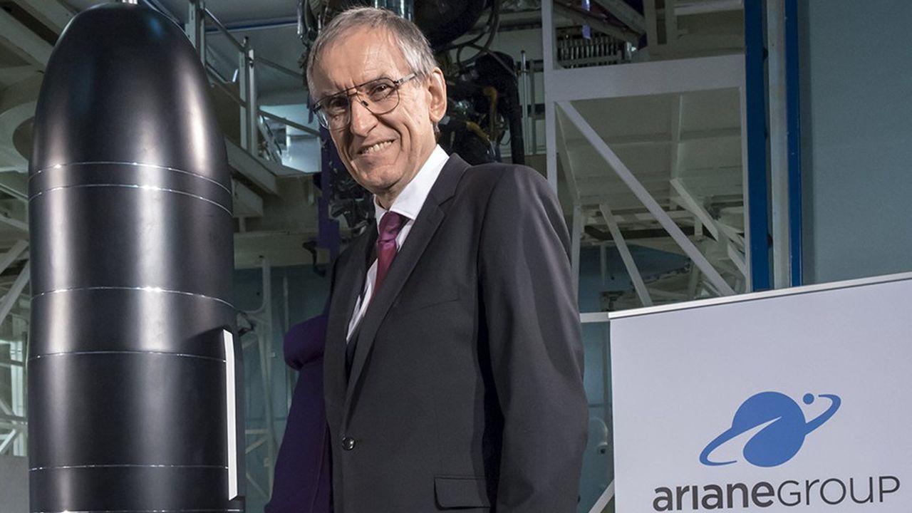 Joël Barre, délégué général pour l'armement, DGA, devant la maquette du missile M51 équipant les sous-marins nucléaires lanceurs d'engins SNLE, au SIL, site d'intégration du lanceur Ariane 5