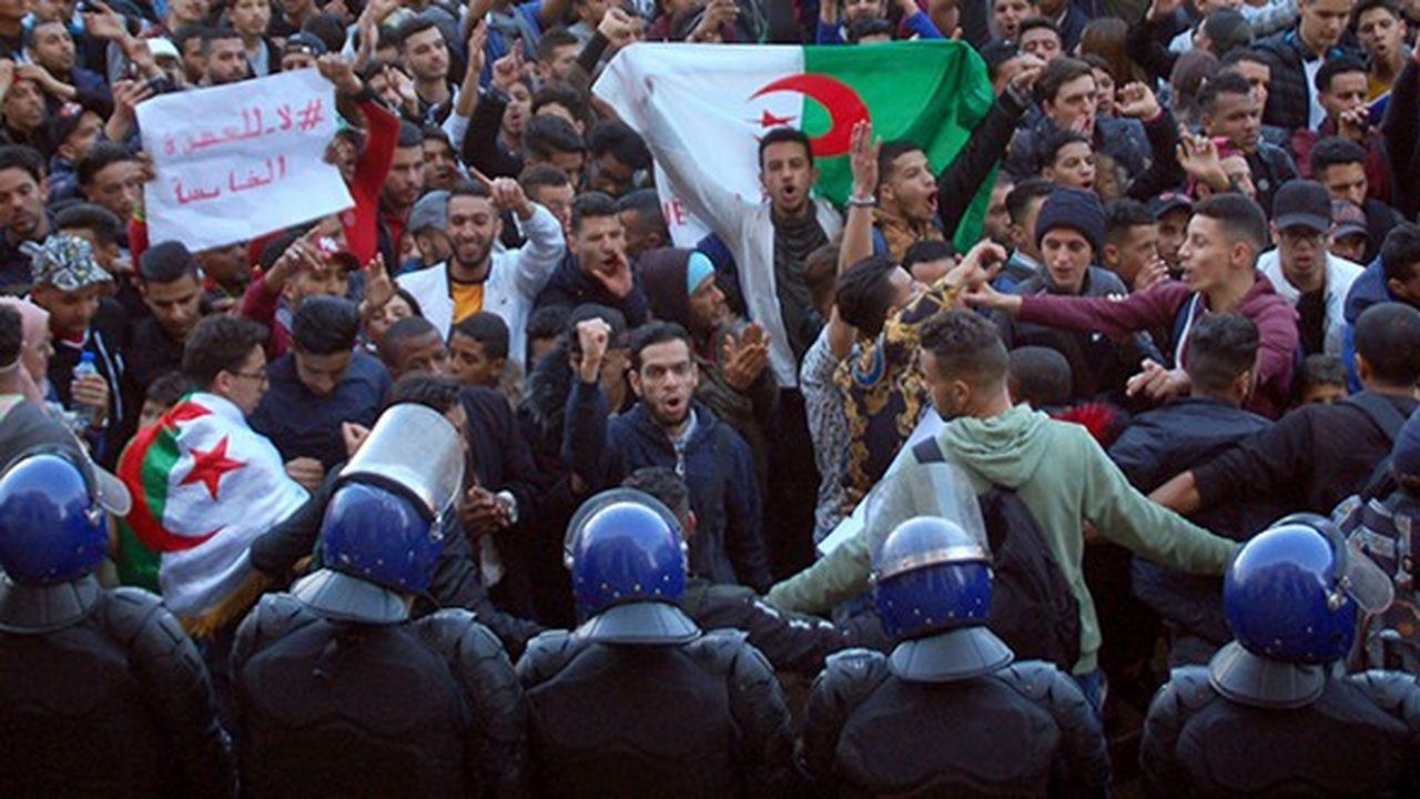 Le 26février à Alger, les étudiants ont rejoint le mouvement massif de protestation contre un 5ème mandat présidentiel d'Abdelaziz Bouteflika qui a fait irruption quelques jours plus tôt.