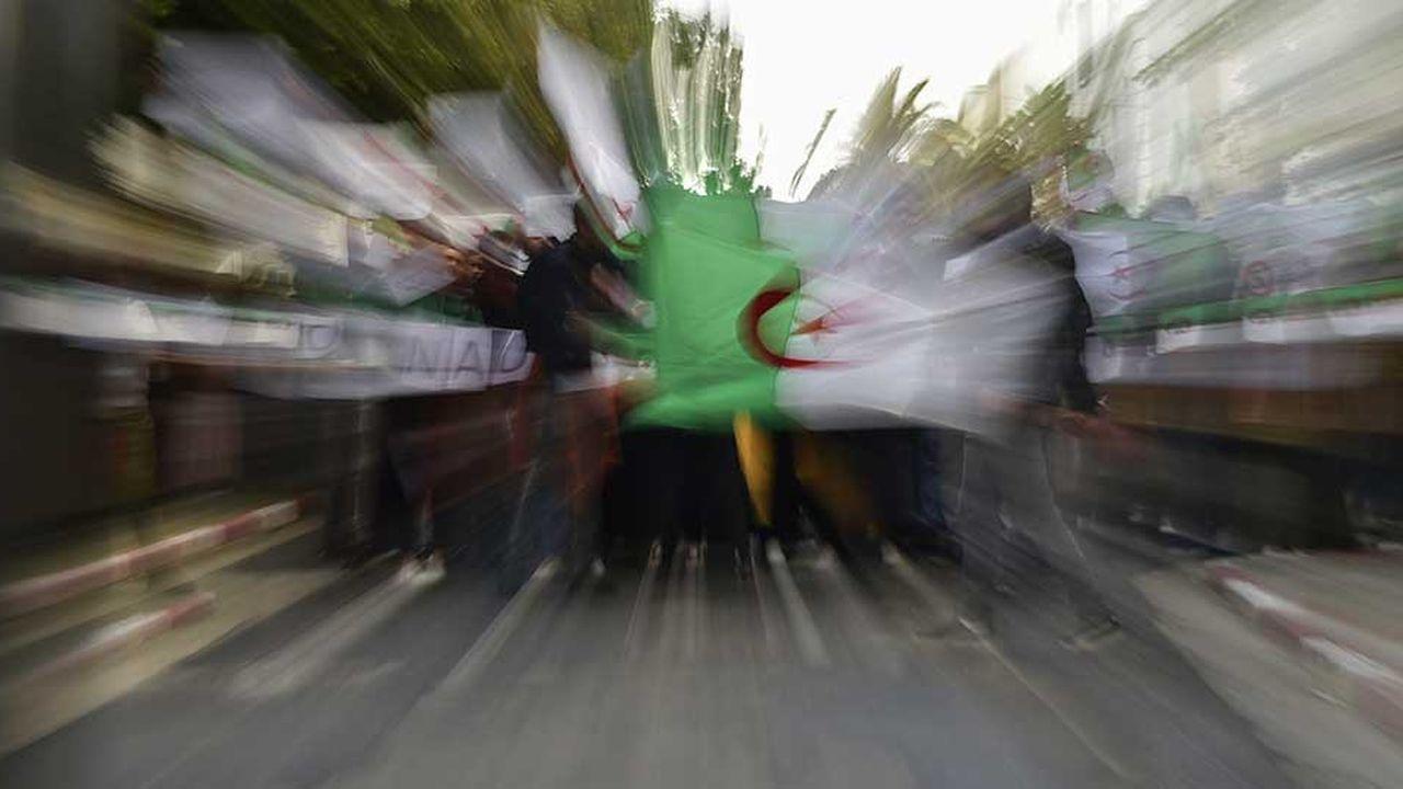 Des dizaines de milliers d'Algériens sont descendus dans les rues d'Alger, vendredi, dans le centre d'Alger, contre la perspective d'un 5e mandat du président Abdelaziz Bouteflika.