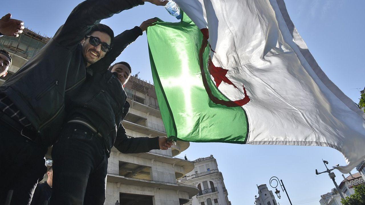 Plusieurs milliers de personnes ont défilé dans les rues des grandes villes d'Algérie vendredi pour protester contre un probable cinquième mandat d'Abdelaziz Bouteflika à la tête du pays.