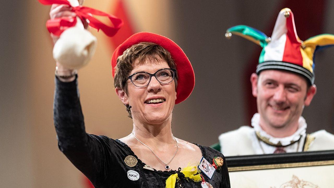Au carnaval de Stockach (Bade-Wurtemberg), Annegret Kramp-Karrenbauer s'est moquée du troisième genre, officiellement reconnu outre-Rhin depuis l'an dernier.