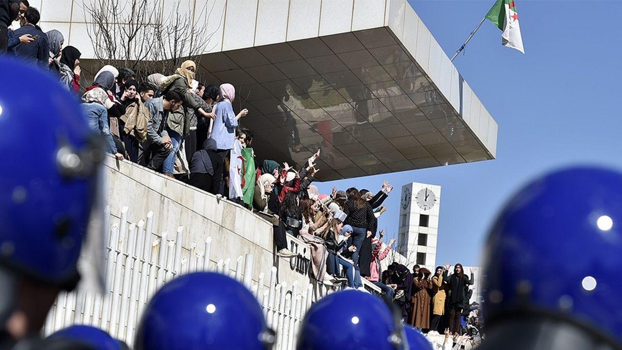 Des étudiants ont manifesté contre le cinquième mandat du président algérien, dimanche, à l'université de médecine d'Alger.