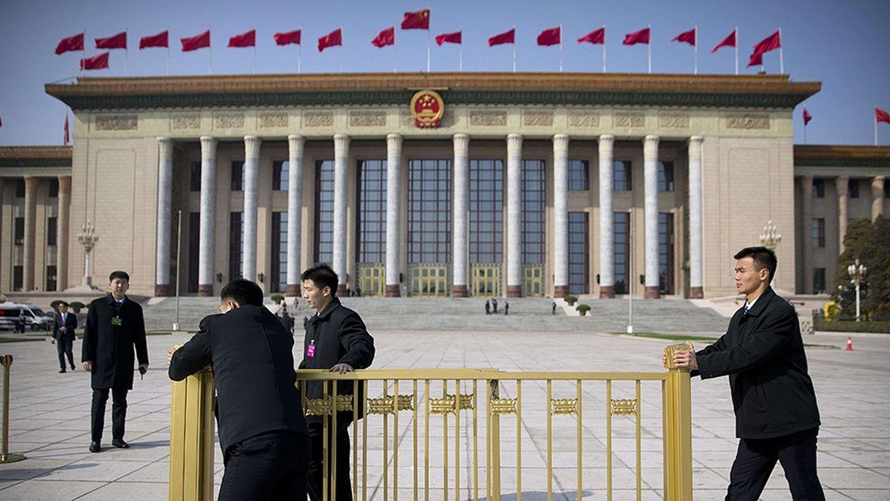 Des membres de la sécurité préparent l'ouverture de la session annuelle de l'Assemblée nationale du Peuple qui se tient à partir de mardi à Pékin dans le Palais du Peuple.