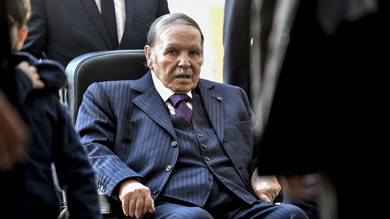 Le président Bouteflika, qui avait voté sans un mot en fauteuil roulant en 2014 et avait eu les plus grandes difficultés à prêter serment, n'a pas de successeur désigné.