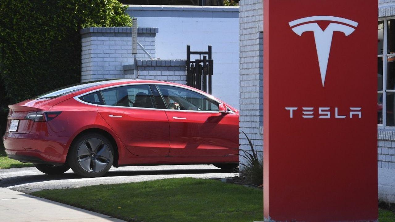 Entre autres innovations, Tesla donnera désormais à ses clients la possibilité de rendre la voiture achetée en ligne au bout d'une semaine ou 1.600 kilomètres, et de se faire intégralement rembourser