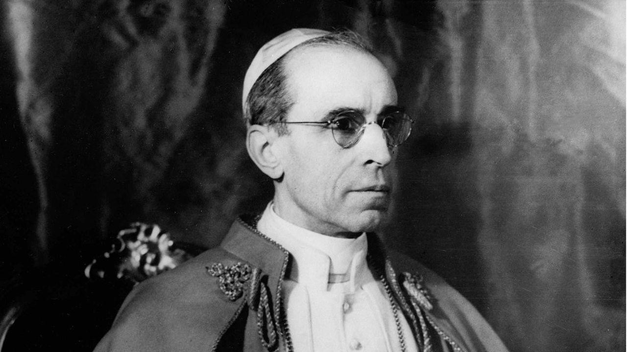 Eugenio Pacelli, élu pape quelques mois avant le début de la Seconde Guerre mondiale, fait polémique sur son attitude vis-à-vis de la Shoah