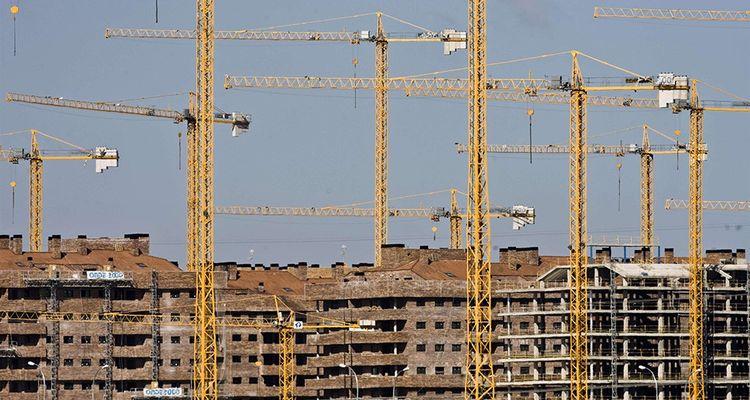 En périphérie des villes, les chantiers laissés en plan reprennent et les grues recommencent à fonctionner