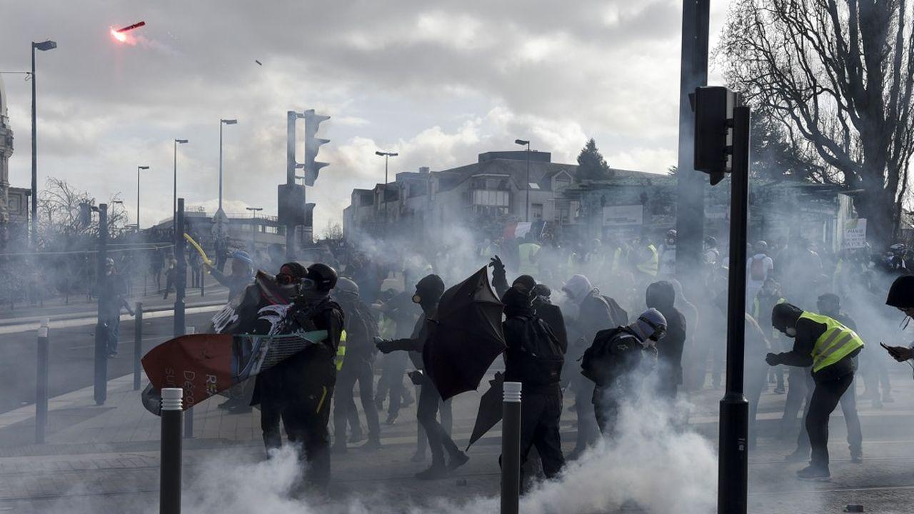 Plusieurs manifestants «gilets jaunes», affirment avoir été blessés par des tirs de lanceur de balle de défense (LBD), une arme qui suscite de vives controverses en France.