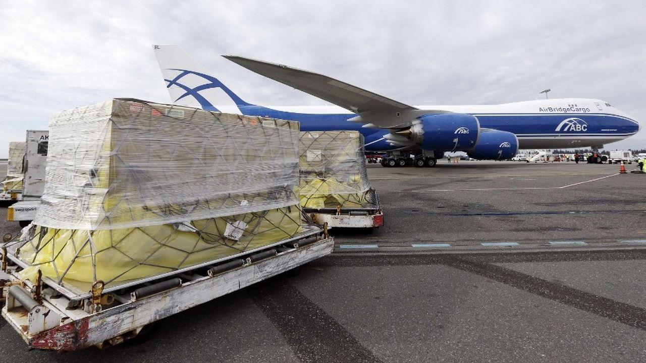 Un avion-cargo Boeing 787-8 d'AirBridgeCargo charge du fret à l'aéroport de Seattle-Tacoma, après avoir atterri à l'usine Boeing d'Everett