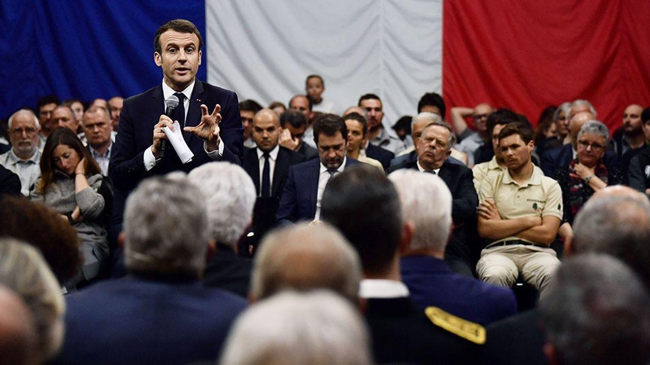 Emmanuel Macron a été interpellé par de nombreux jeunes sur le climat, jeudi, à Gréoux-les-Bains dans les Alpes de Haute-Provence.