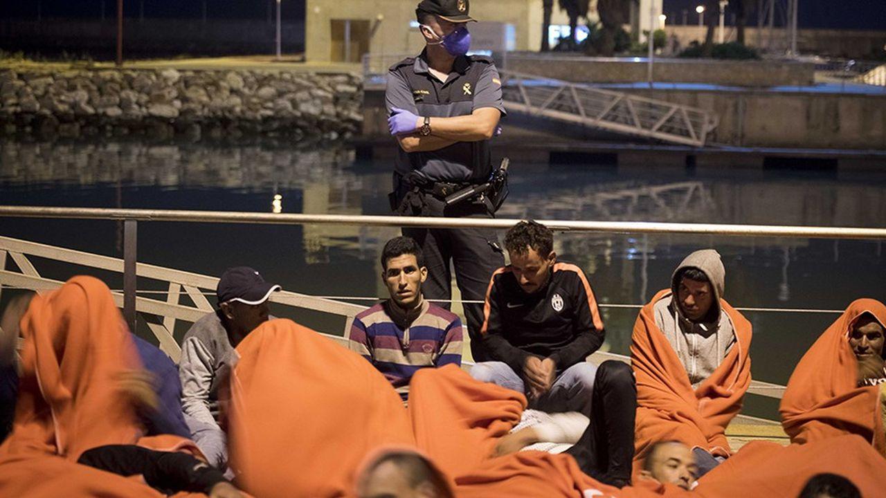 Un bateau de migrants marocains sur le point de débarquer au port de Barbate, en Angalousie. Ils ont été récupérés par des garde-côtes espagnols dans le détroit de Gibraltar.