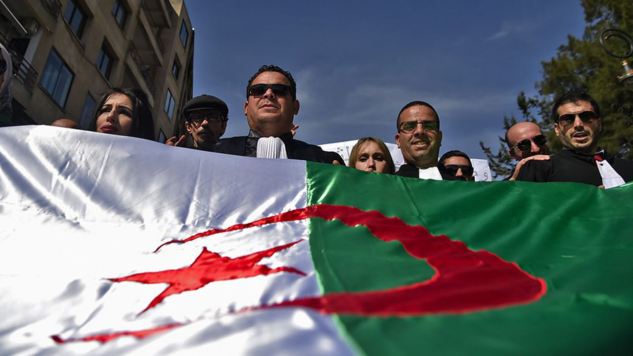 Les avocats se sont joints jeudi aux étudiants pour réclamer le retrait pour cause de santé de la candidature du président Abdelaziz Bouteflika à la présidentielle du 18avril.