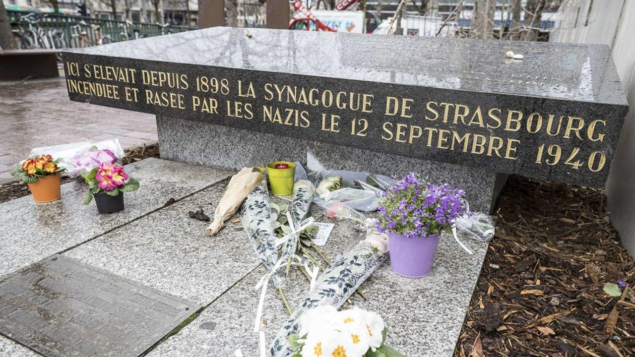 Souvenir de l'ancienne synagogue, détruite par les Nazis, la stèle a été installée en 1976.
