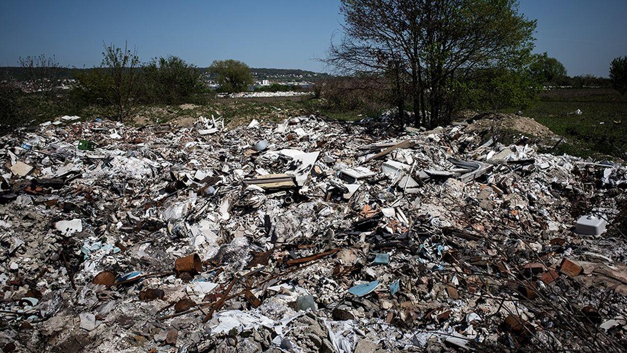 Plusieurs études viennent de préciser le coût de la dépollution de cette mer de déchets à Carrières-sous-Poissy, qui coûterait plus de 3millions d'euros.