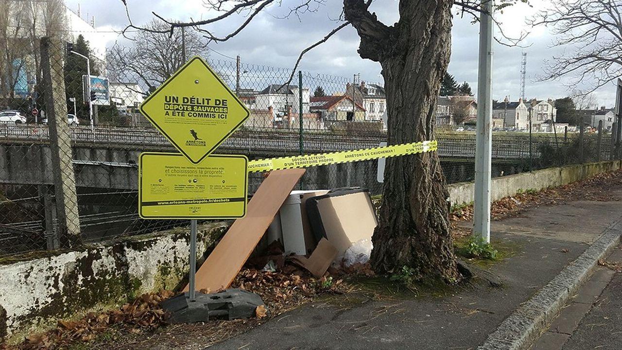 Mise en scène, que les services de la propreté de la métropole d'Orléans répètent de temps en temps pour sensibiliser la population aux dépôts sauvages.