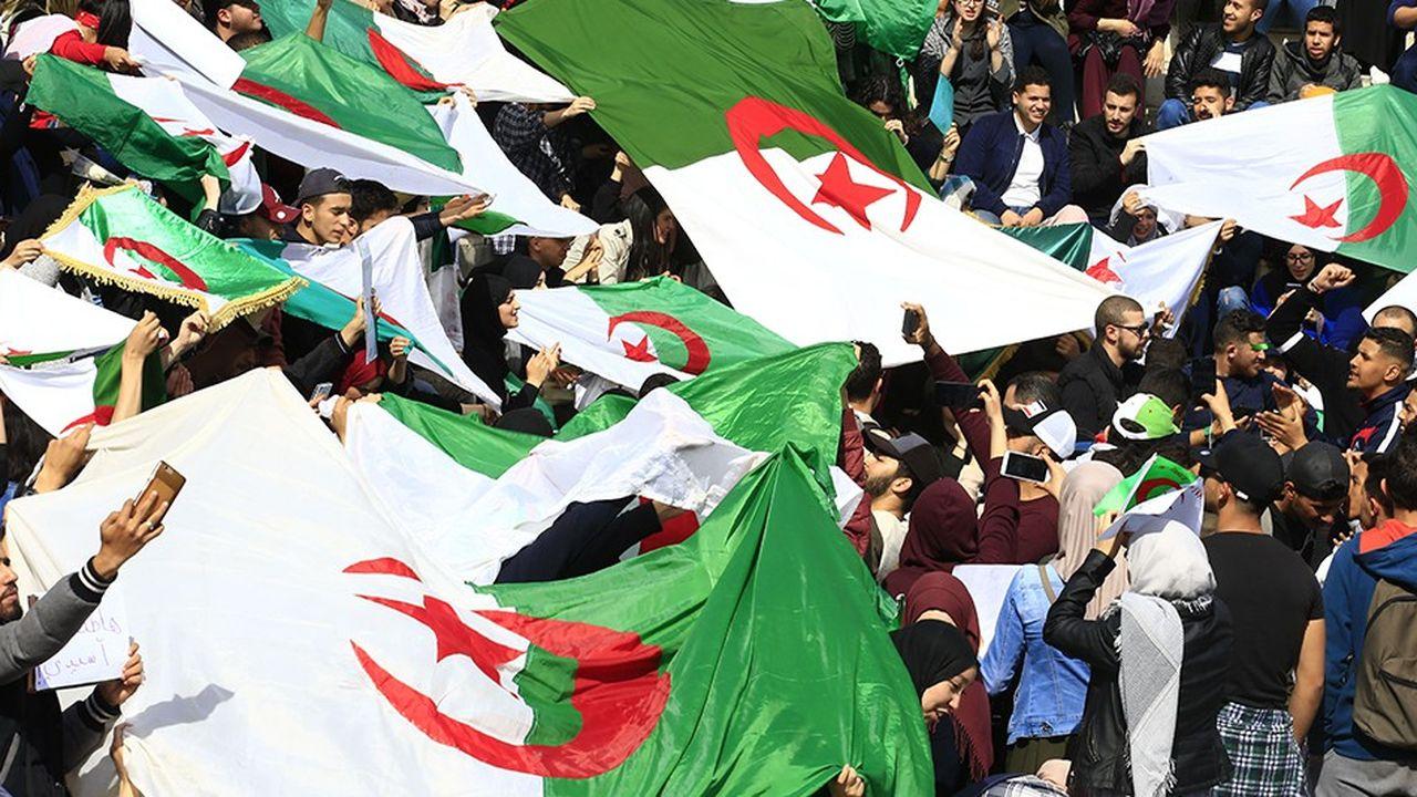 Des dizaines de milliers de manifestants ont réclamé le départ du président Bouterflika vendredi.