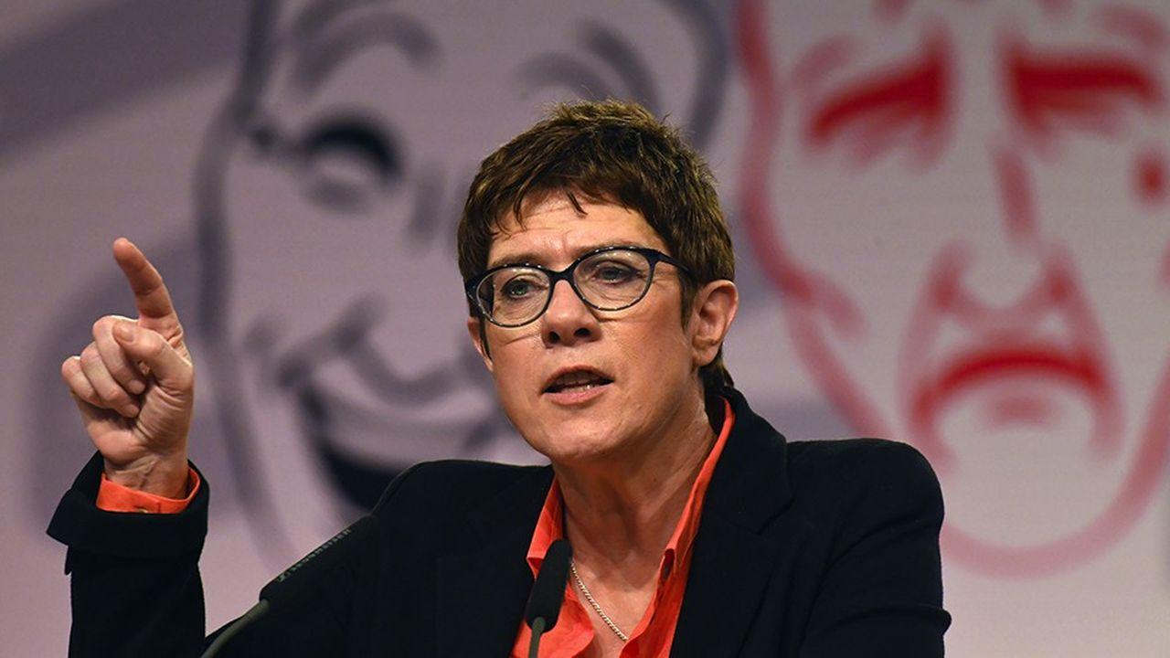 Depuis son élection à une très courte majorité le 7décembre à Hambourg, la nouvelle présidente de la CDU a soigné les membres les plus conservateurs de la CDU qui soutenaient Friedrich Merz, au grand dam du SPD.