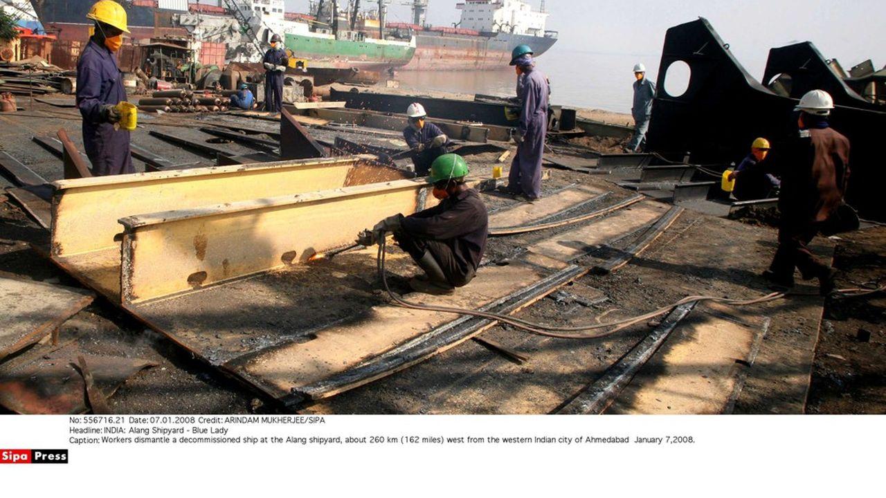 Des centaines de travailleurs démolissent des navires géants envoyés à la casse dans les chantiers situés sur les plages d'Alang, dans l'Etat du Gujarat, en Inde. Alang est le numéroun mondial de la démolition de navires.