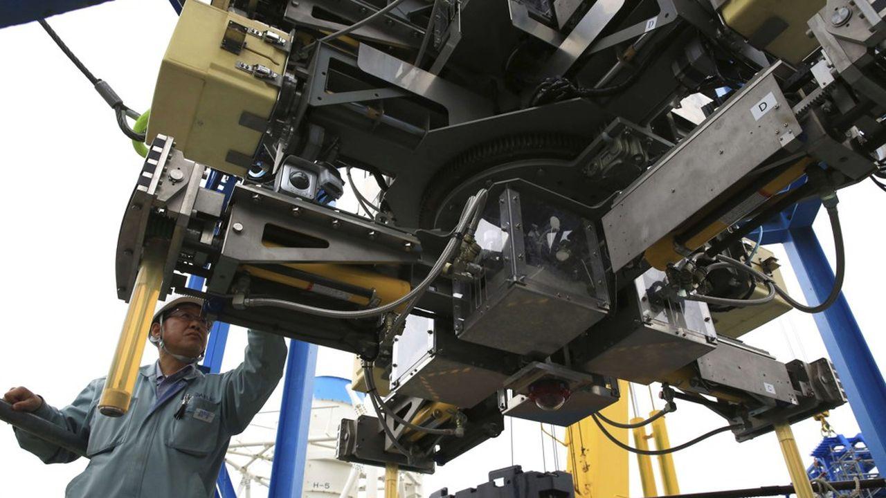 Pour la première fois, le mois dernier, des équipes de Tepco, l'électricien en charge de la centrale, et de Toshiba, ont réussi à faire descendre un petit robot au fond de l'enceinte de confinement du réacteur numéro 2 pour filmer et manipuler le combustible
