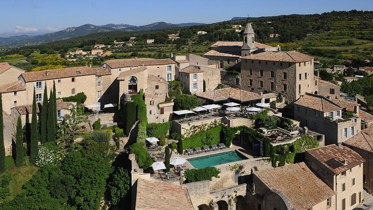L'Hôtel Crillon Le Brave dans le Vaucluse, un établissement membre par ailleurs du réseau Relais & Châteaux, est l'une des trois adresses du groupe hôtelier embryonnaire de la famille Pariente.