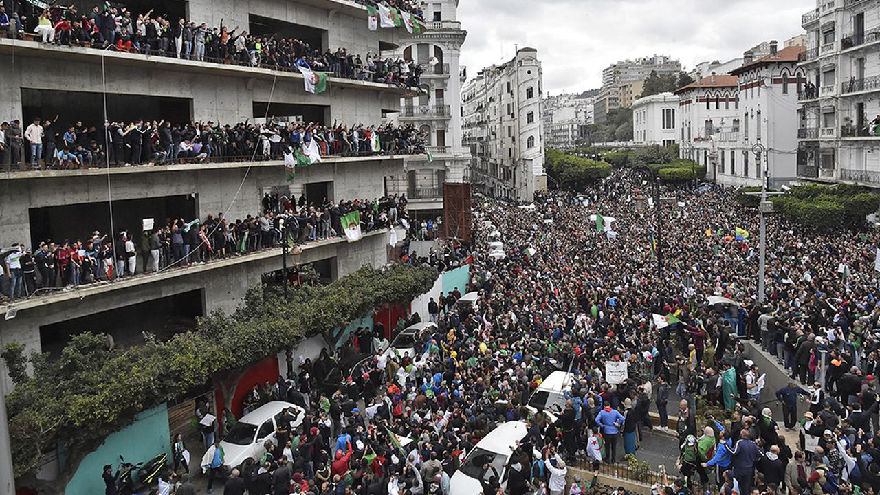 Les nombreux manifestants dans les villes algériennes réclament le départ de Bouteflika mais aussi la fin du régime.