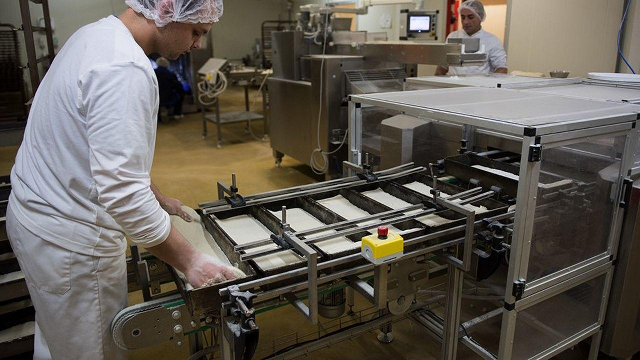 Employés dans une ligne de production de produits sans gluten.