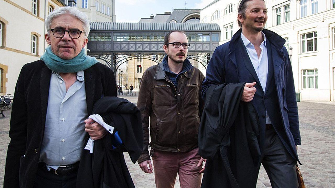 L'ancien salarié de PricewaterhouseCoopers Antoine Deltour qui a lancé l'alerte sur les Luxleaks, flanqué de ses avocats Philippe Penning (à droite) et William Bourdon.