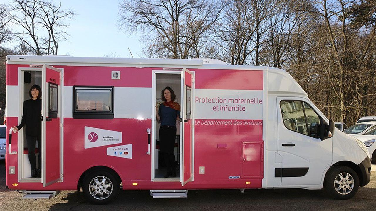 La pédiatre et l'infirmière-puéricultrice, embarquées à bord du bus PMI du département des Yvelines, examinent gratuitement les enfants âgés de 0 à 6 ans dans les communes rurales.