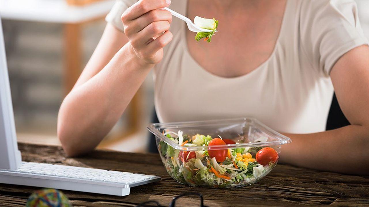 Un quart des Franciliens apporte leur repas au bureau. Un phénomène qui concerne surtout les jeunes femmes.
