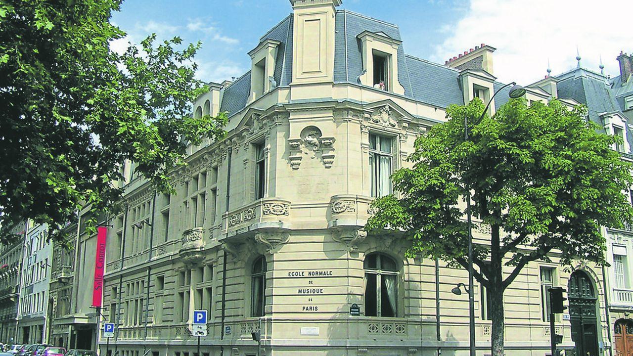 L'école est hébergée dans un hôtel particulier boulevard Malesherbes.