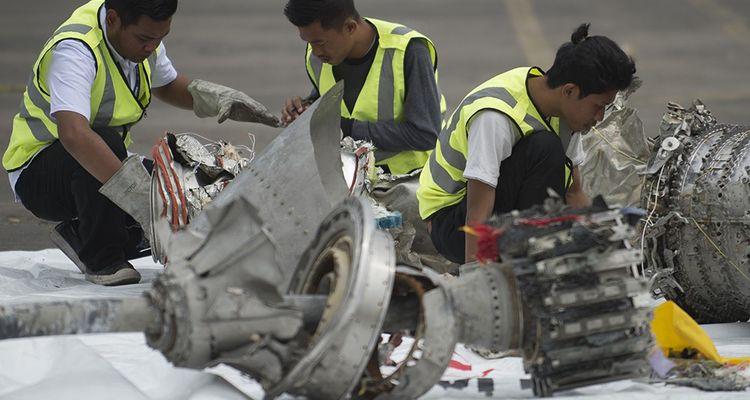Des enquêteurs inspectent les débris du vol Lion Air, qui s'est crashé le 29octobre dernier.