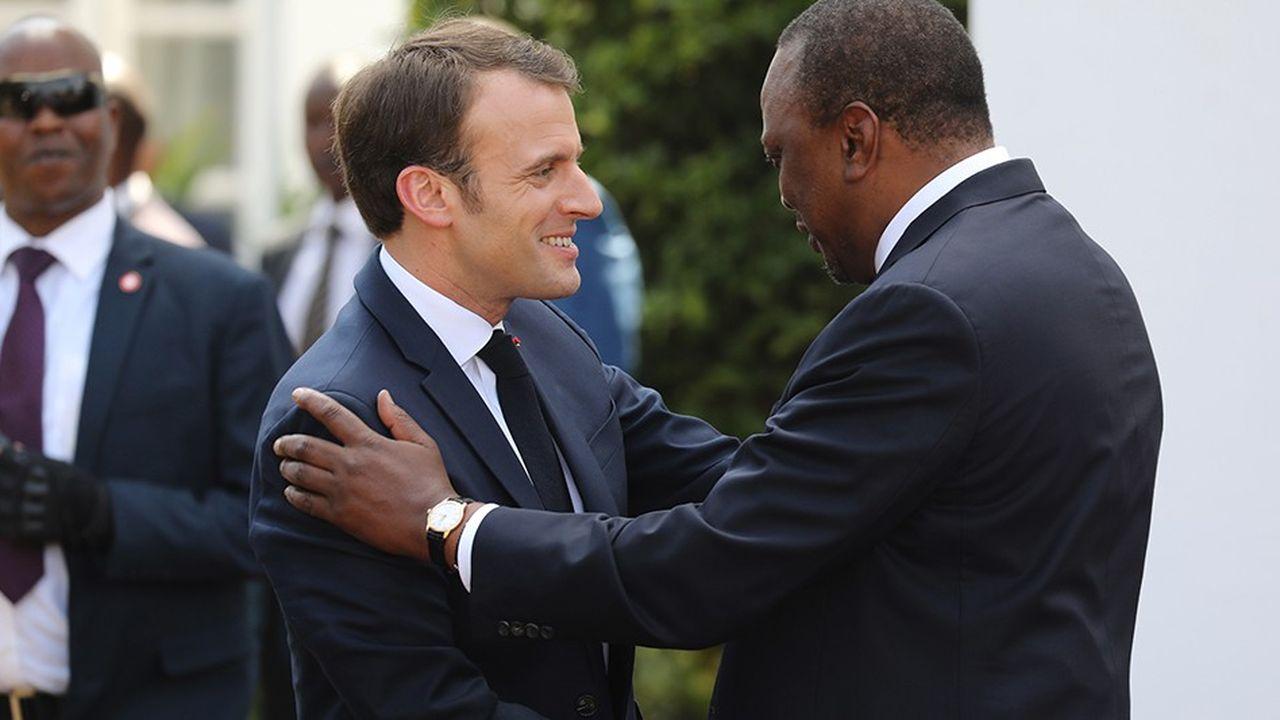 Emmanuel Macronest reçu à son arrivée par le président du Kenya, Uhuru Kenyatta, le13mars 2019.