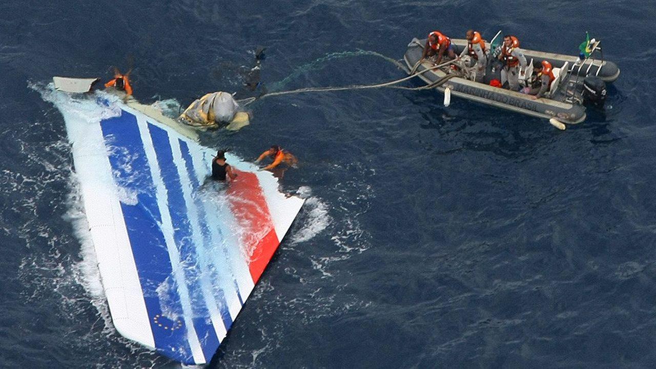 Un débris de l'avion d'Air France reliant Rio à Paris et disparu en mer le 1erjuin 2009, repêchée quelques jours après le drame.