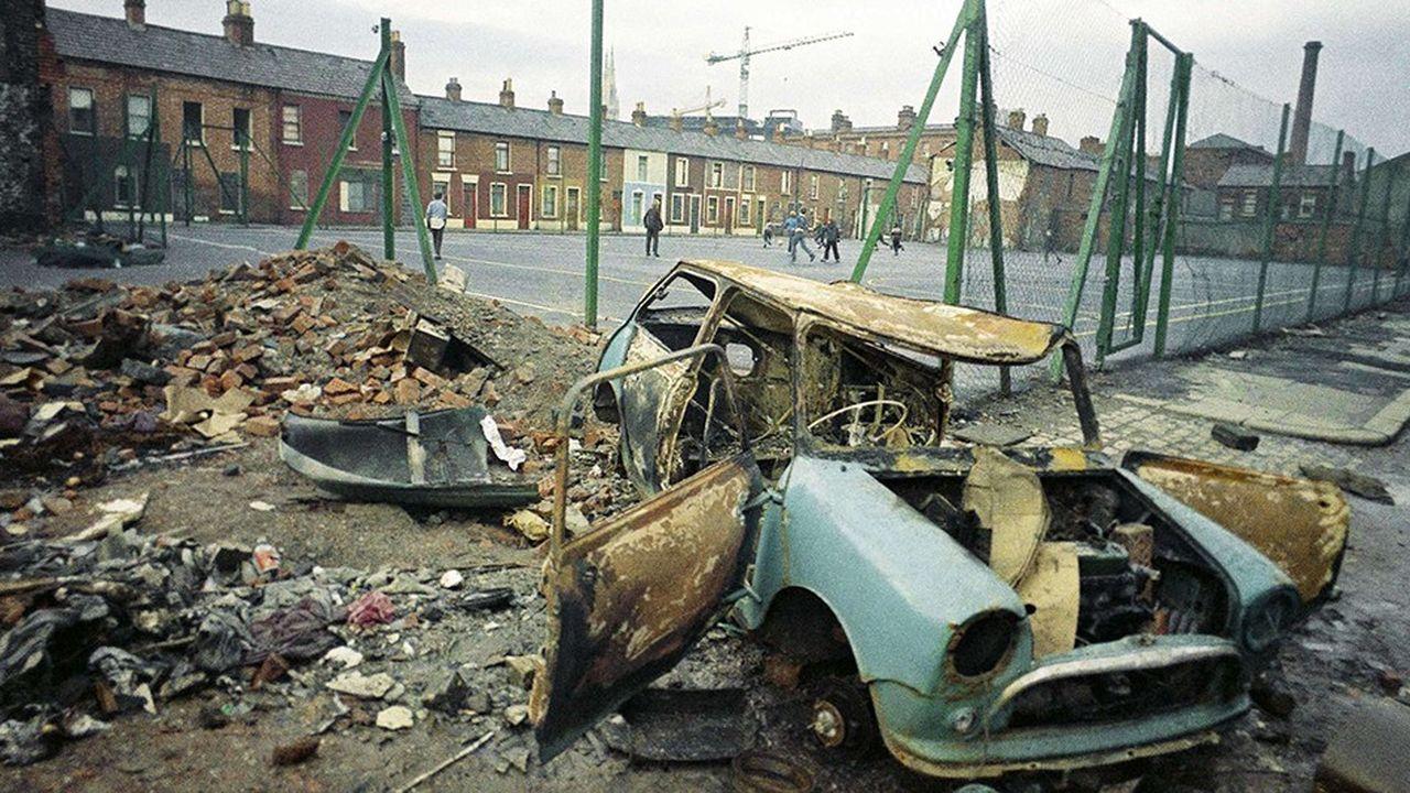 Belfast a été l'épicentre d'une trentaine d'années de troubles opposant catholiques et protestants unionistes. Sur la photo, une voiture incendiée en février1969 en plein centre de la capitale de la province britannique d'Irlande du Nord.
