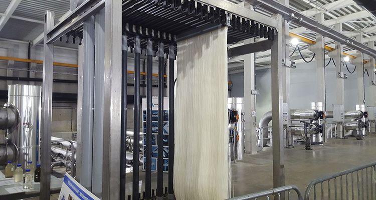 Les membranes d'ultrafiltration fabriquées par Suez sont composées de fins tubes plastiques blancs d'un millimètre de diamètre parsemés de pores de 0,04 micron. Une fois ces derniers immergés, l'eau est aspirée par les pores, qui bloquent particules et bactéries et les tubes la rejettent filtrée.
