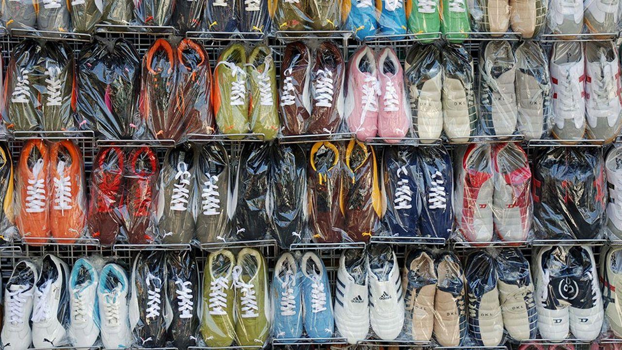 Les chaussures arrivent en tête des articles les plus contrefaits dans le monde. Ici des fausses Adidas et Puma sont en vente libre à Bangkok sur Khao San Road.