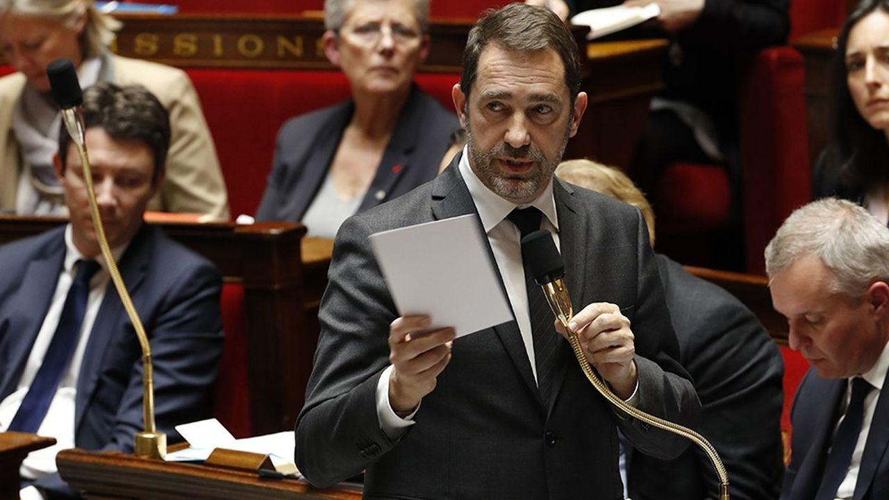 Au-delà du ministre de l'Intérieur, Christophe Castaner, fragilisé, c'est le chef de l'Etat que vise l'opposition après le saccage des Champs-Elysées samedi dernier.