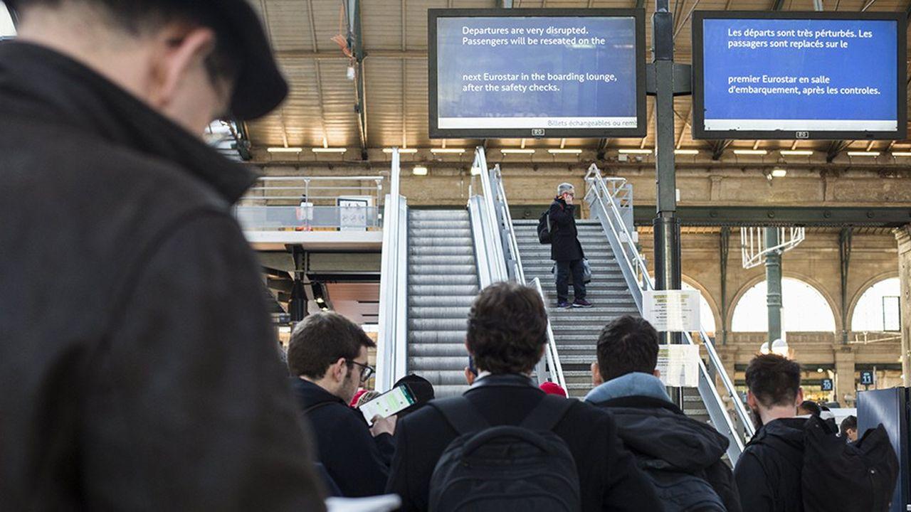 Les douaniers, qui demandent plus de moyens face au Brexit mais surtout des revalorisations salariales, mènent depuis deux semaines un mouvement social, qui provoque de longues files d'attente à certaines frontières et à la gare du Nord à Paris.
