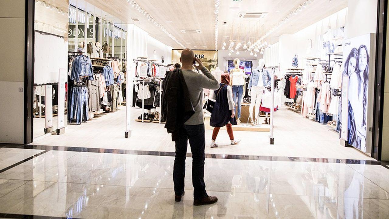 Le tee-shirt est le produit le plus vendu dans les enseignes textiles, chaque Français en achetant, en moyenne, trois par an.