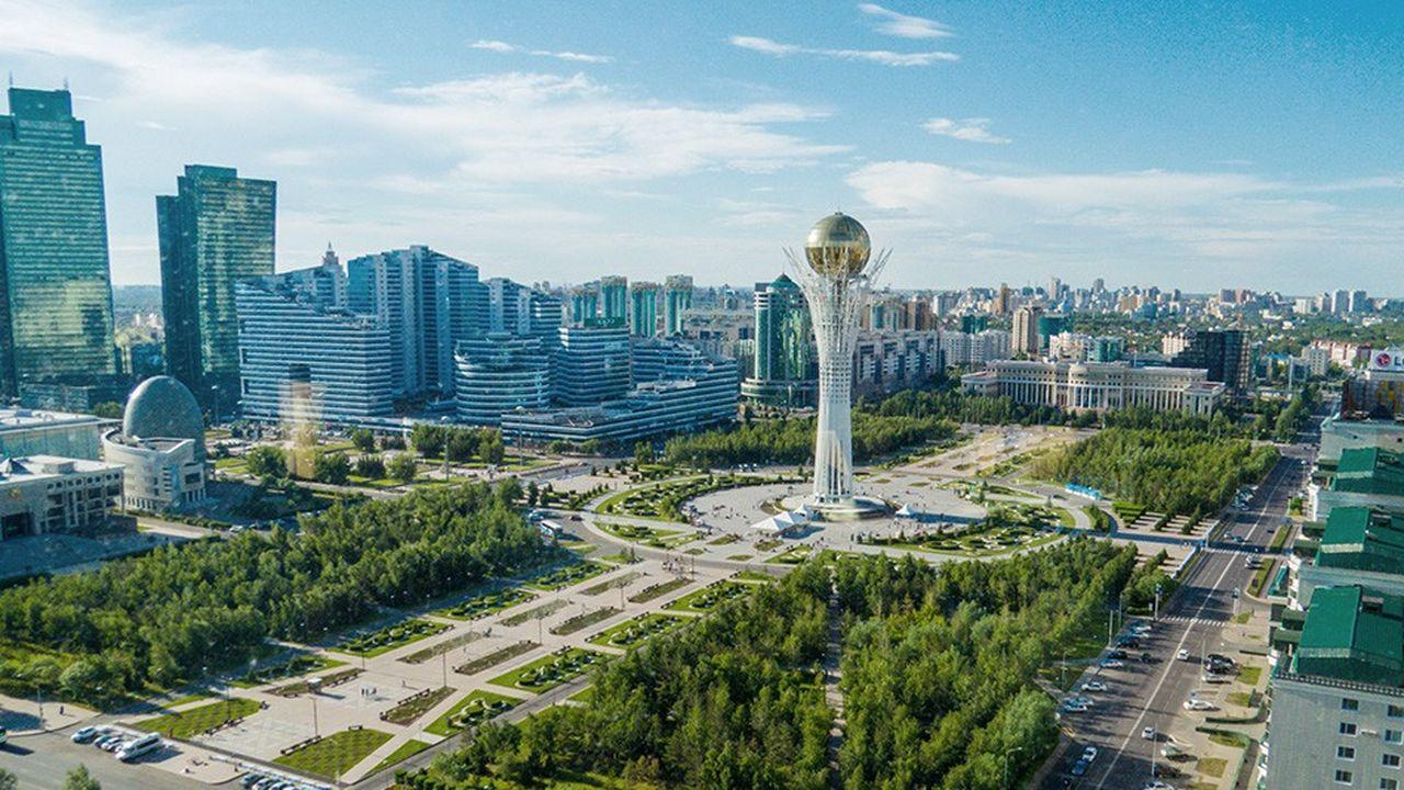 Le Bayterek, tour d'observation de 97 mètres, est un des symboles de la capitale kazakhe