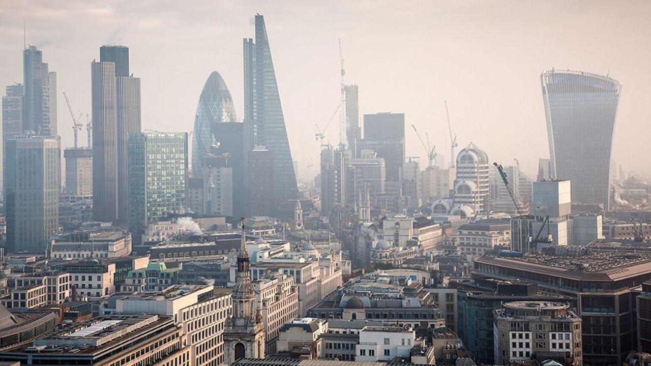 A mesure que s'approche la sortie définitive du Royaume-Uni de l'Union européenne, les relocalisations d'actifs s'accélèrent. Selon EY, banquiers, assureurs et gérant devraient ainsi déplacer vers le Continent près de 1.000 milliards de livres d'actifs.