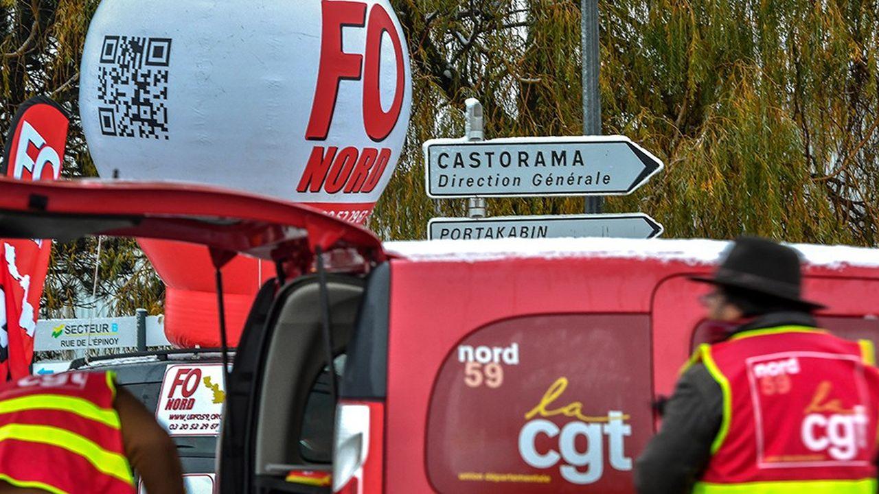 La délocalisation du service Comptabilité de Castorama France, entraînant un PSE portant sur 450 postes, a fait descendre dans la rue les syndicats du distributeur.