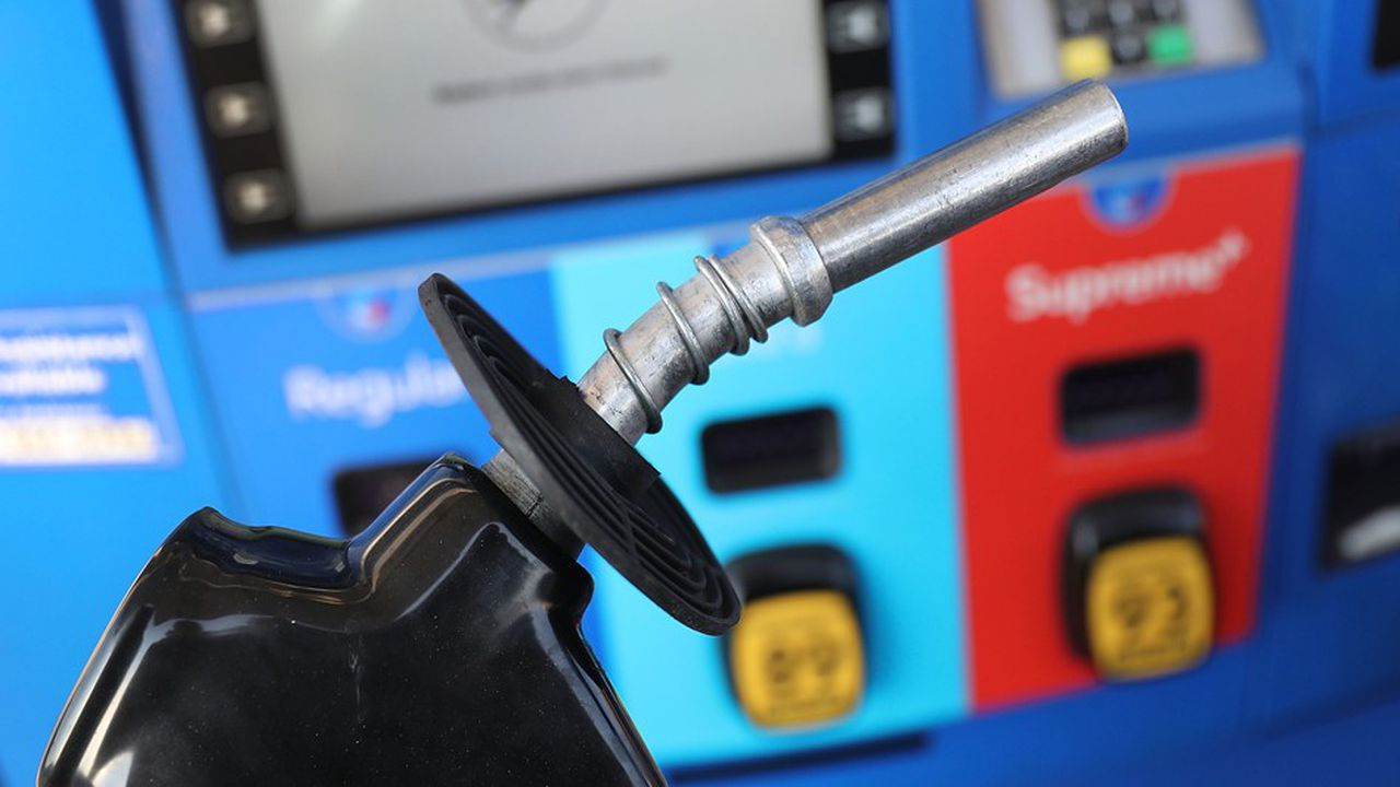 La taxe fédérale sur les carburants s'élève à 18,4 centimes le galon (soit 4,8 centimes le litre) pour l'essence et 24,4 centimes pour le diesel (6,4 centimes le litre)