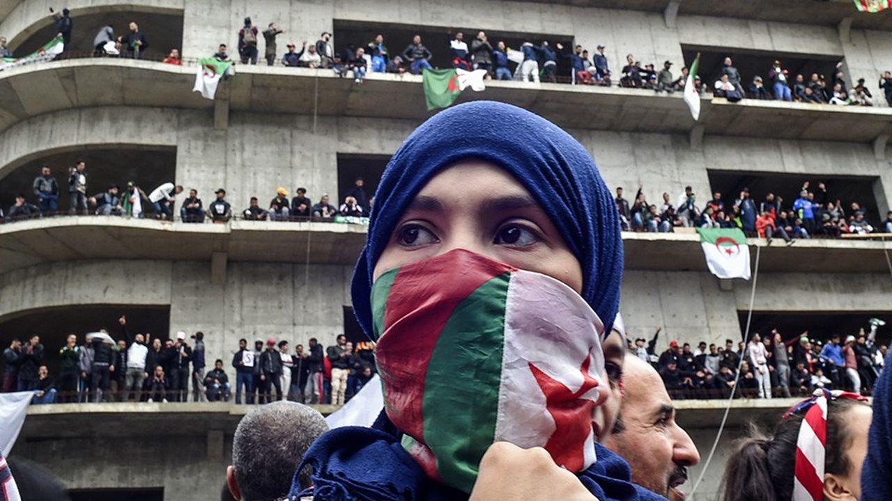 Une femme s'enroule du drapeau algérien pour demander le départ du «système», l'ensemble des clans au pouvoir gravitant autour d'Abdelaziz Bouteflika.