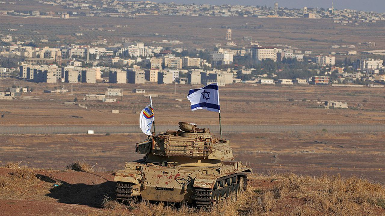 Un drapeau israélien flotte sur l'épave d'un tank sur les hauteurs du Golan occupé, à la frontière syrienne. Le Premier ministre israélien Benyamin Netanyahu a chaleureusement remercié le président Trump pour la reconnaissance de l'annexion de cette ancienne partie du territoire syrienne, capturée en 1967 par Israël.
