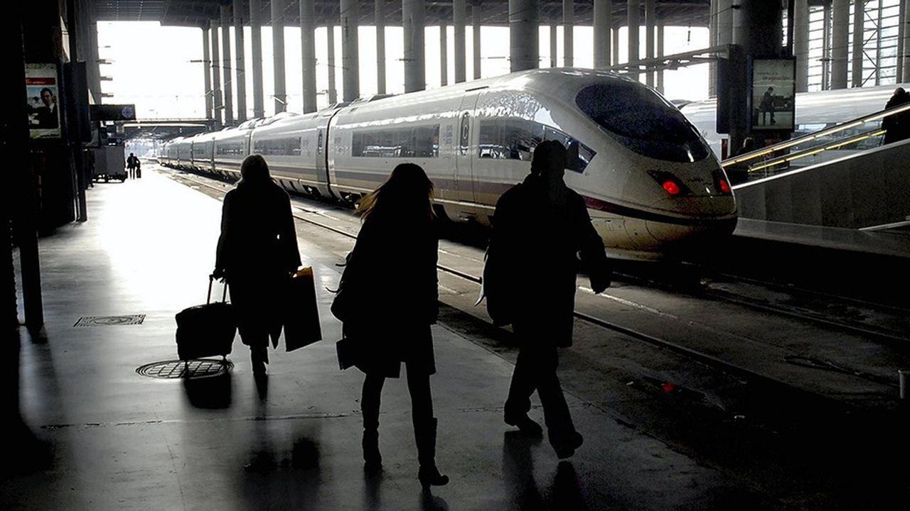 Les entreprises ibériques Air Nostrum et Acciona sont persuadées que la Renfe, l'opérateur historique, est vulnérable, en particulier sur le marché des lignes à grande vitesse. Mais pour mener leur offensive, elles doivent s'allier avec un spécialiste du ferroviaire. La SNCF est sur les rangs.