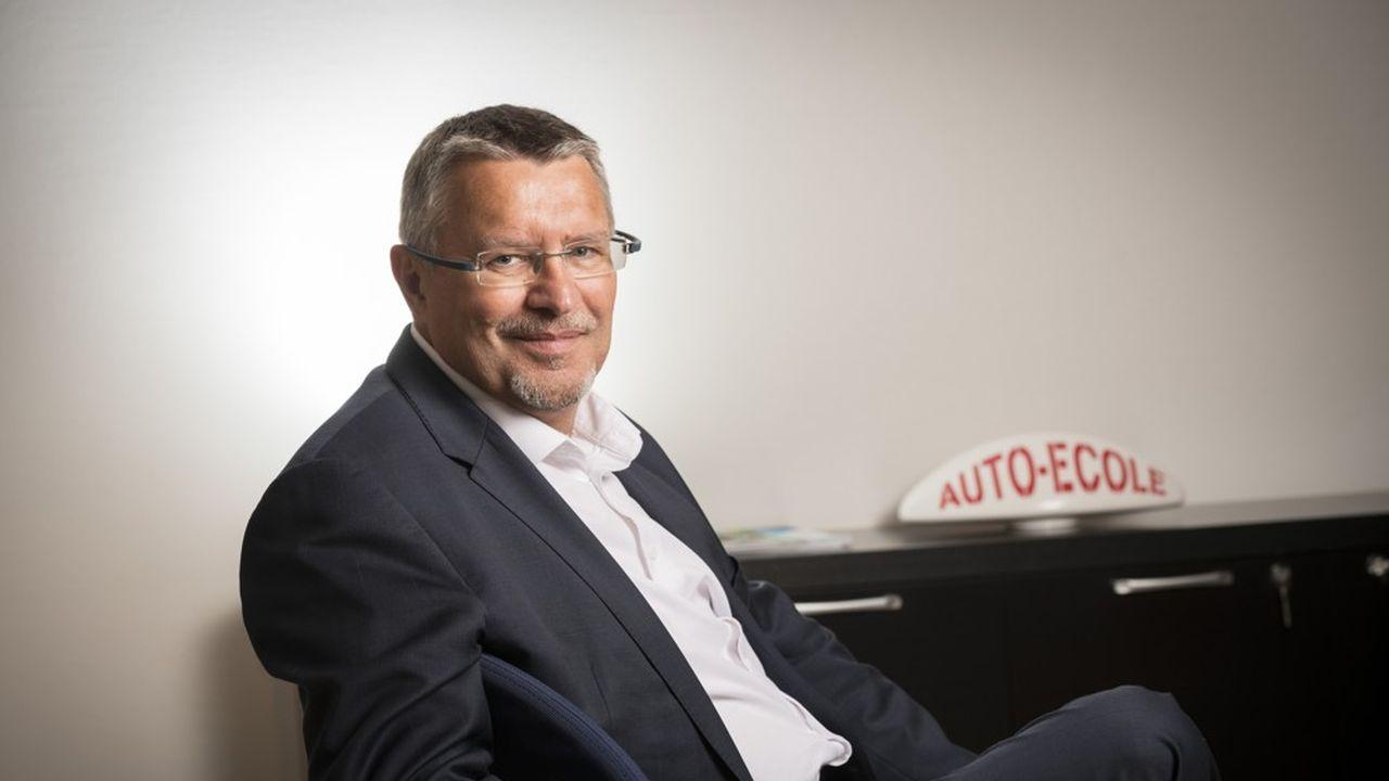 Avec Michel Goepp aux commandes,Codes Rousseau écoule encore 400.000 manuels du futur conducteur par an.