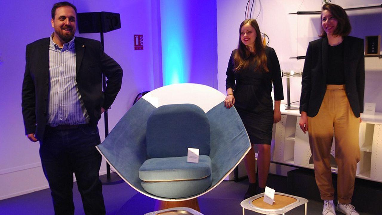 Le porteur du projet A Piece of Sky, Jérémy Brousseau, avec les designers Christelle Doutey et Camille Chardayre. Le fauteuil est fabriqué avec un nez d'avion A350 en fibres composites.