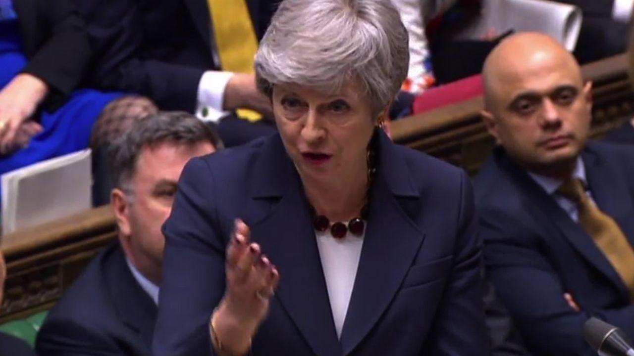 Theresa May devantle Parlement mercredi 27mars.