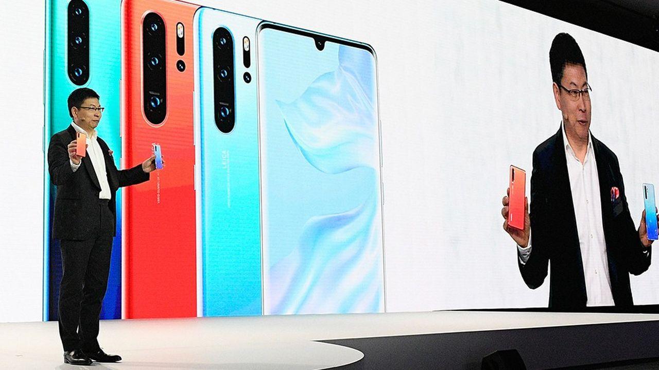 Le patron de la branche « smartphone » de Huawei, Richard Yu, a présenté le dernier appareil de la marque mardi à Paris.